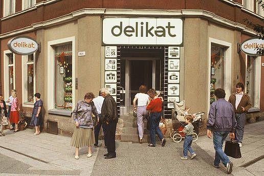 Eingang eines Delikat-Ladens in Chemnitz