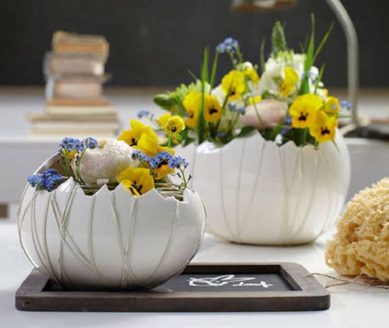 osterdeko mit fr hlingsblumen im strau enei ostern dekoration diy ostern dekoration. Black Bedroom Furniture Sets. Home Design Ideas