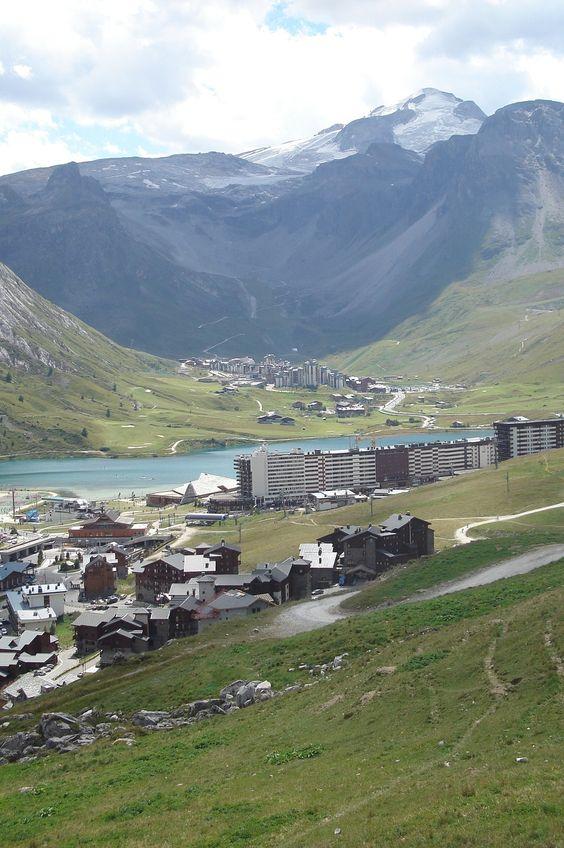 Au premier plan : Tignes Le Lac, dans le fond Tignes Val Claret
