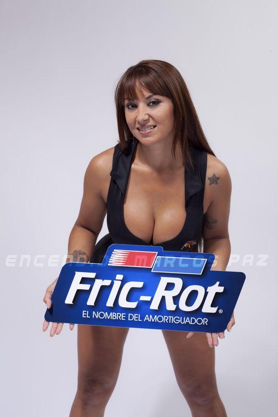 Gely posando junto al cartel de Fric-Rot: El nombre del amortiguador. Encendido Marcos Paz Punto de venta directo.