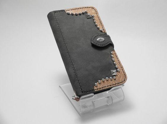 iPhone6用の手帳タイプのケースです。ソフトケースと革をカシメで固定し、横開きのカバーを付けました。カバーはマグネットで留まり、液晶画面を保護します。また...|ハンドメイド、手作り、手仕事品の通販・販売・購入ならCreema。