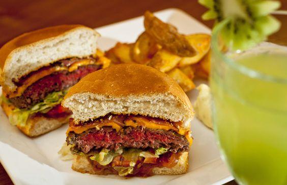 O hambúrguer de fraldinha do novo bar Lil'Square tem cheddar, panceta, alface e tomate. Para acompanhar, batatas rústicas (Foto: Felipe Gombossy/ÉPOCA SP)