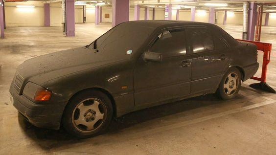 SCHON 17 500 EURO Dieses Parkticket wird richtig teuer Kaputter Benz verstaubt seit drei Jahren in Birmingham +++ Jetzt reicht es dem Parkhaus-Betreiber