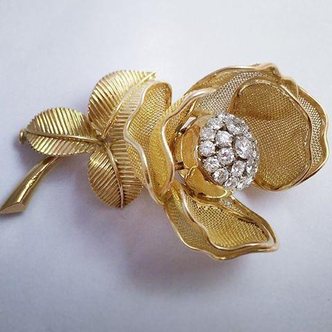 Broche églantine or jaune et diamants. 🌸🌸🌸 Eglantine brooch yellow gold and…