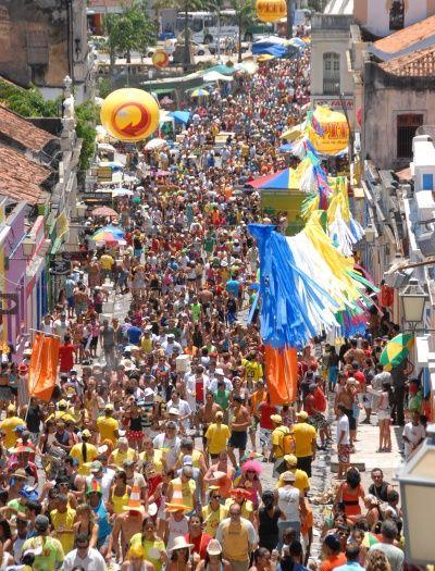 Multidão nas ruas de Olinda.