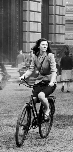 Cate Blanchett anda de bicicleta.  Olhar clássico em uma bicicleta de um conjunto de filmes via velondonista.com