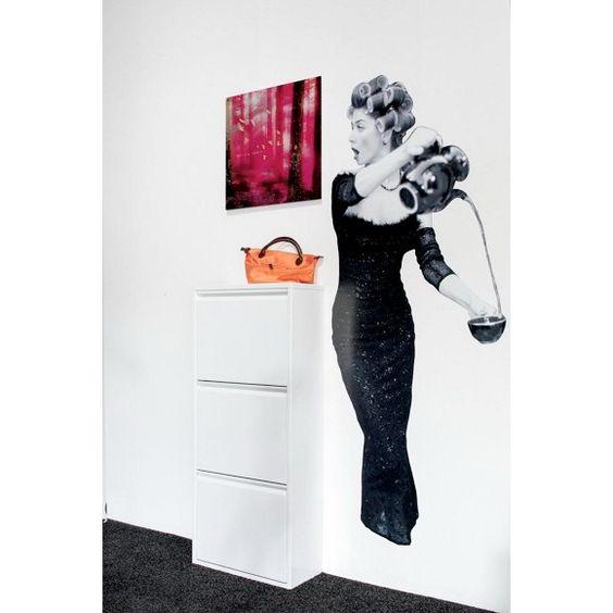 Dieser Schuhschrank von CARRYHOME ist ein dezentes Möbel, das Ihre Schuhe praktisch verstaut. Auf einer Höhe von ca. 118 cm bieten 3 klappbare Fächer genügend Platz für Ihre Schuhe. Der weiße Schuhkipper ist vollständig aus Metall gefertigt und erhält dadurch seinen modernen Look. Durch seine geringe Tiefe von ca. 23 cm fügt er sich ideal auch in kleinere Wohnräume ein und ist ein echtes Platzwunder. Überzeugen Sie sich selbst!