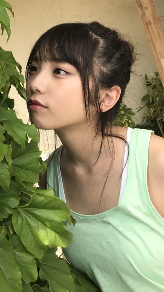 葉っぱの匂いをかぐ与田祐希