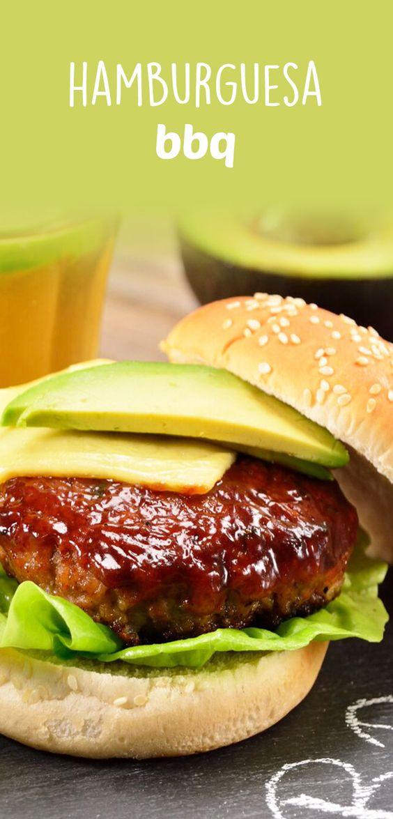 Esta hamburguesa es una muy buena opción para compartir con los amigos en una tarde de parrillada. Tiene una jugosita carne con queso parmesano bañada en salsa bbq casera a la parrilla y acompañada con lechuga y aguacate