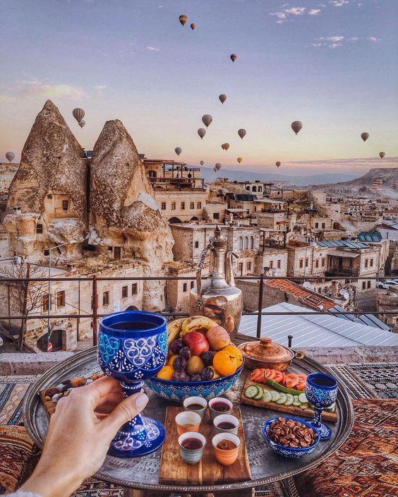 Февраль в Турции – это начало тепла, туристов еще мало, и можно наслаждаться спокойствием и тишиной. Если Вам интересен размеренный отдых, то это вполне подходящий вариант.  В феврале можно приобрести тур в Турцию и экскурсии по сниженным ценам.