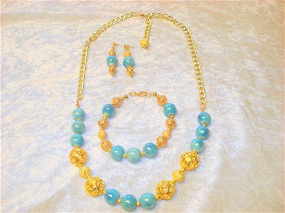 Smykkesæt med turkise perler, forgyldte filigran perler og forgyldt kæde. Pris 125,00 kr.