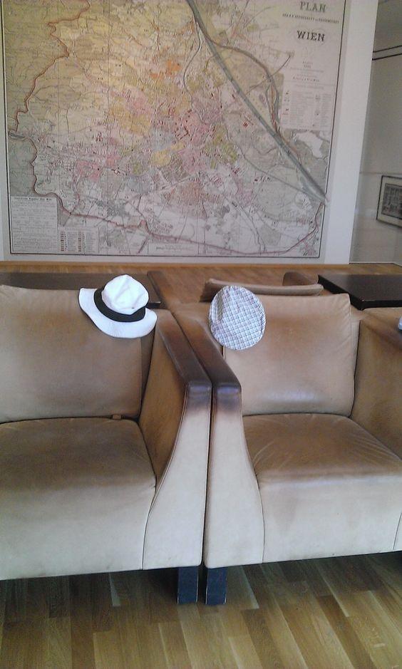 Couple de chapeaux baladeurs faisant une pause_Quartier des musées