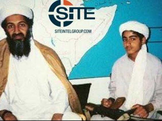 Imagem de arquivo mostra Osama bin Laden com seu filho Hamza bin Laden  (Foto…