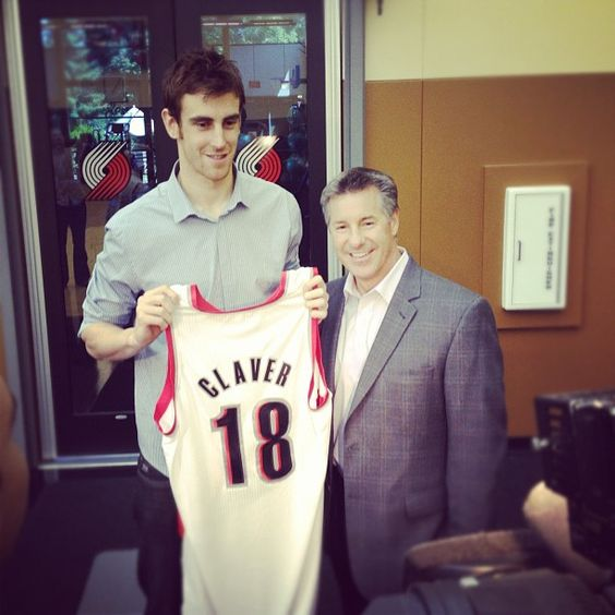 Portland #Blazers => Présentation Victor #Claver aux médias et utilisation de tous les supports possibles Neil Olshey Introduces Victor To The Media For The First Time As A Member Of The Trail Blazers
