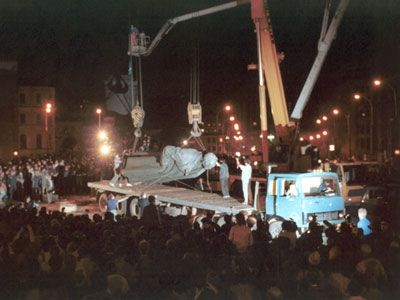 Activists removing the statue of Felix Dzerzhinsky from its prominent place in Moscow next to the KGB offices. Dzerzhinsky founded the forerunner of the KGB under Lenin and helped to establish the Gulag.