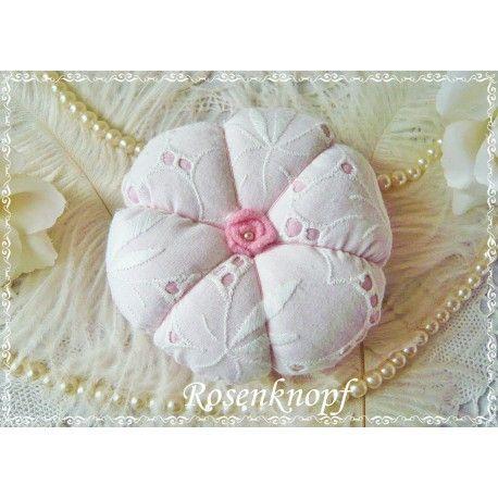 Dieses romantische Nähkissen wurde aus Baumwolle in Rosa genäht und mit weißer Vintage Spitze mit Batist-Stickerei belegt.