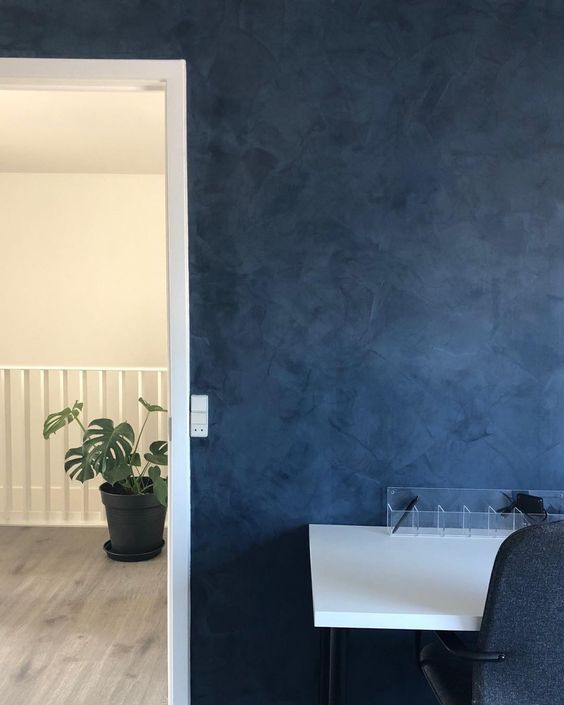 Small change, big difference! Add some wow effect to any room with our colored plaster walls. Deep Blue has a great impact on this bright Scandi-home. With KC14 by DETALE CPH (former KABE Copenhagen), you can create your own lively walls and bring your favorite room to life. Visit www.detalecph.com to find all the shades of DETALE CPH.