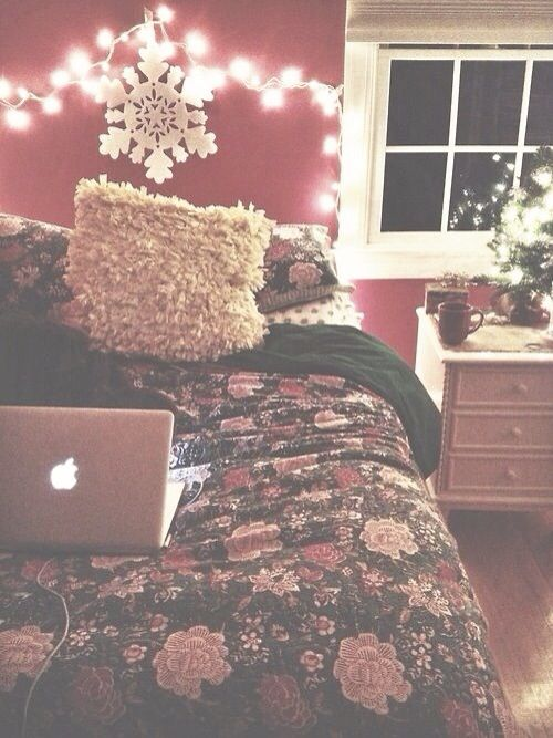 Oh my gosh this needs to be my room at Christmas time