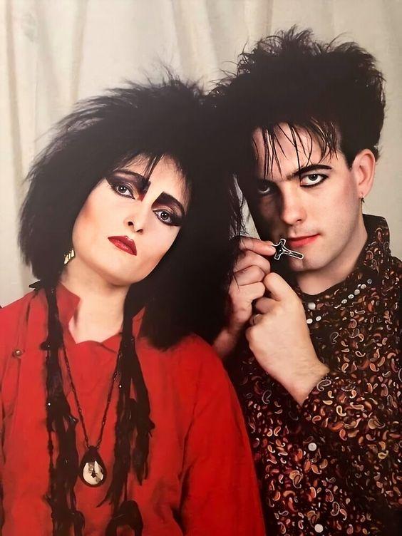 En una breve gira Robert Smith acompañó a Siouxsie and the Banshes en los clásicos sonidos del postpunk