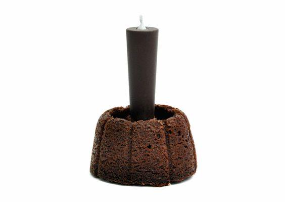 """Fx Balléry  FUJISAN joue avec 2 éléments incontournables des anniversaires: la bougie et le gâteau au chocolat. L'idée est de revisiter le fondant au chocolat en utilisant la bougie afin d'obtenir le coeur chaud et fondant du gâteau. Plantée dans un biscuit chocolaté, la bougie fait fondre petit à petit son enrobage qui s'écoule puis remplit le """"cratère"""" du gâteau. Ainsi, le temps d'une chanson, le fondant se prépare sous nos yeux."""