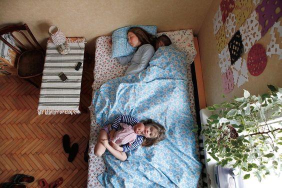 """""""Ken je die scène in de film The Dreamers van Bernardo Bertolucci waarin de vader tegen de tweeling zegt dat van bovenaf alles duidelijker wordt? Die scène verklaart waarom ik in het holst van de nacht een trapladder beklom om een slapend koppel te fotograferen. Het perspectief schept ord"""