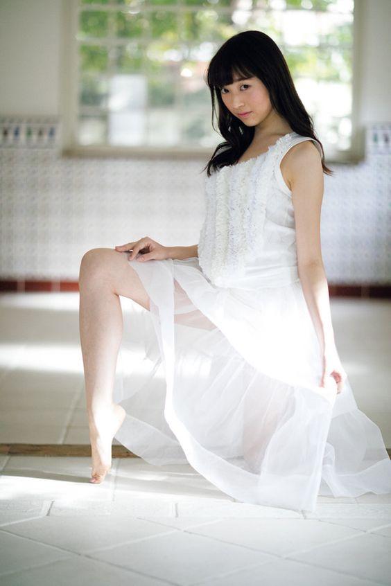 純白の衣装の佐藤詩織