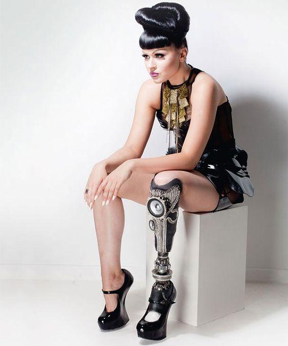 La primera estrella del pop y modelo amputada del mundo, muestra sus piernas protésicas futuristas