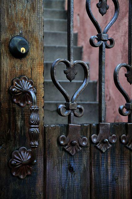 Portão de ferro forjado em coração