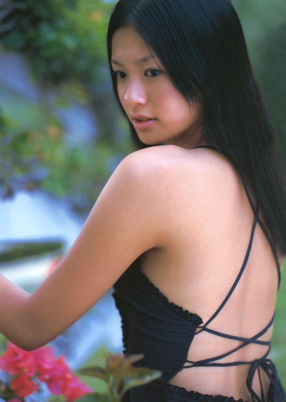 榮倉奈々背中がセクシーな水着画像