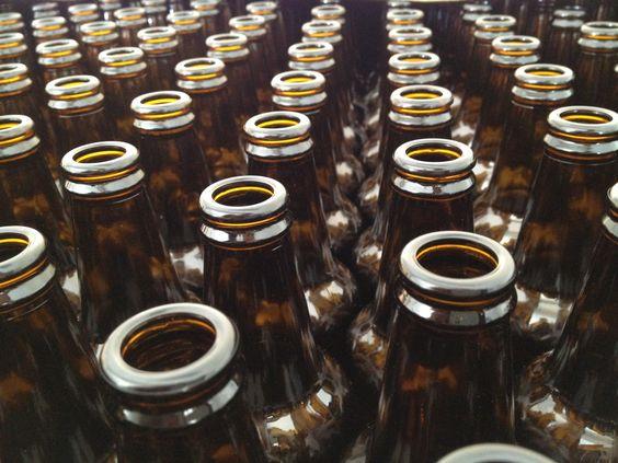 Μπουκάλια έτοιμα να γεμίσουν με φρέσκια μπύρα Χίου