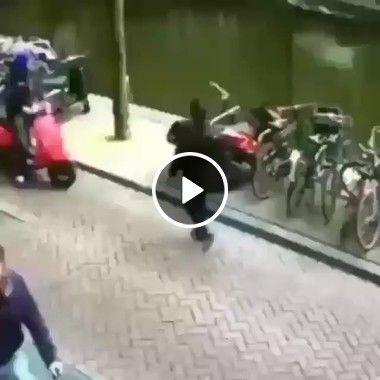 Ainda bem que deu tempo da outra pessoa sair da frente da moto