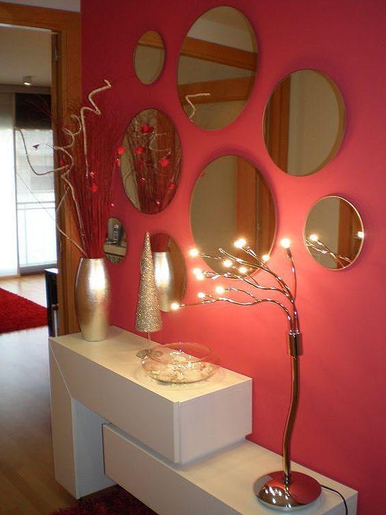 Espejos redondos todo rosa y paredes de color roja for Espejos circulares pared