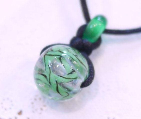 透明色にグリーンと黒のツイスト模様を入れたとんぼ玉を、サテン紐と合わせてシンプルなネックレスに仕上げました。メタルビーズを移動して長さ調節が出来ます。サイズと... ハンドメイド、手作り、手仕事品の通販・販売・購入ならCreema。