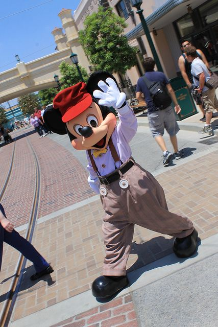 dmorg888:  Buena Vista Street Mickey Mouse waves good-bye by Loren Javier on Flickr. too cute!