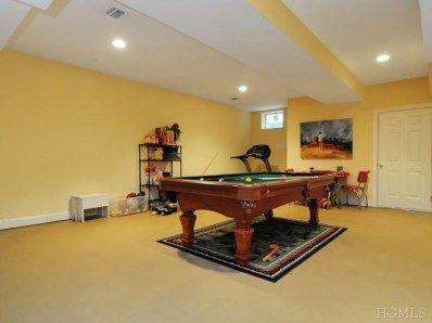 Great Billard room with lots of space for your pool sticks!