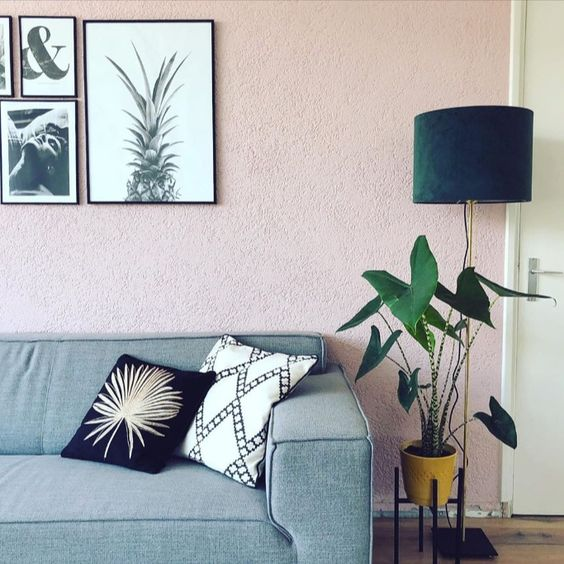 Bij @mikevoges thuis staat de groene lampenkap prachtig bij de lichtroze muur in de woonkamer. Combineer deze prachtige velours kap in donker groen met een lampvoet naar keuze en creëer zo de gewenste tafellamp geheel in jouw eigen stijl. #trendhopper #trendhopperthuis #lampen #woonkamer | woonkamer inspiratie, lampenkap, verlichting inspiratie, verlichting, licht interieur