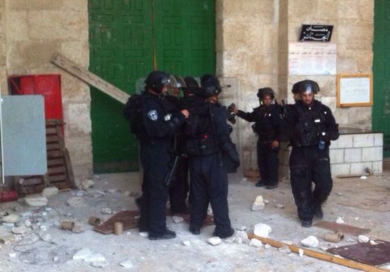 Police lock rioting Arabs inside al-Aksa Mosque, clear Temple Mount for visiting Jews -- Police at al-Aksa Mosque, Temple Mount, Jerusalem, October 13, 2014 Photo By: ISRAEL POLICE