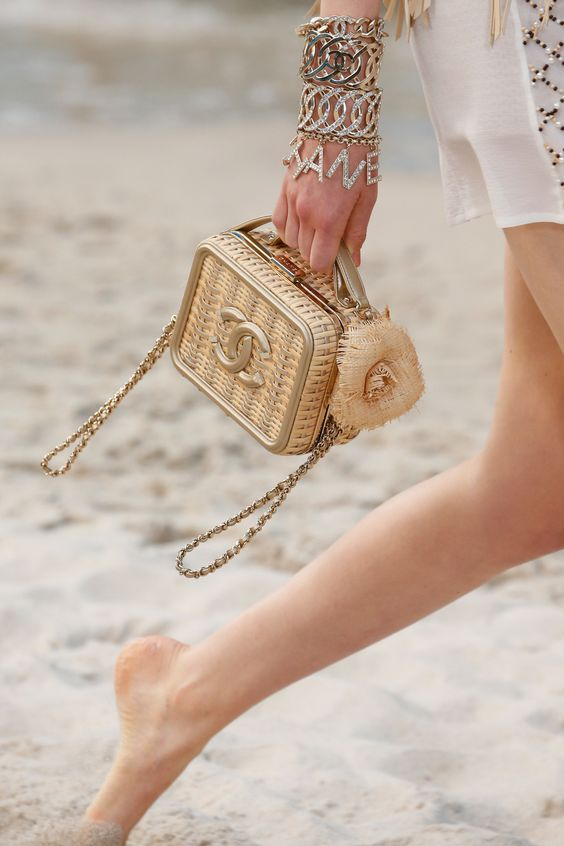 Chanel Spring 2019 Ready-to-Wear Fashion Show Details: See detail photos for Chanel Spring 2019 Ready-to-Wear collection. Look 102