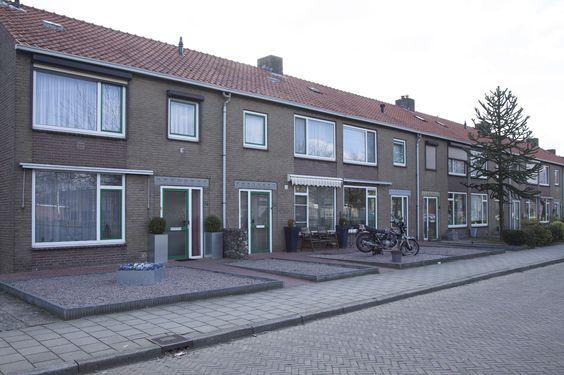De woningen moeten over een voortuin beschikken. Een voortuin geeft ook sfeer aan een straat. De verschillende tuinen kunnen veel variatie op leveren. Maar het kan ook dat de straten over bijna dezelfde voortuin beschikken. Dit zorgt voor een strakke stijl van de straat. Als er geen voortuin zou zijn zou de straat helemaal vol liggen met tegels.