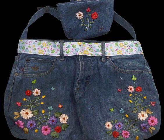 Bolso realizado con pantalón jeans bordado en cinta y pedrería; con su respectivo porta cosmetico