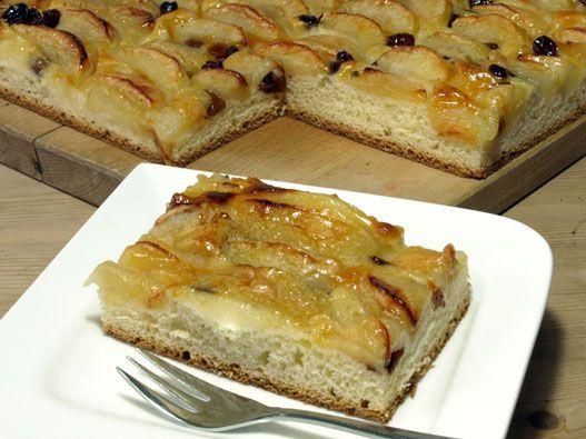 Apfelkuchen vom Blech mit Hefeteig