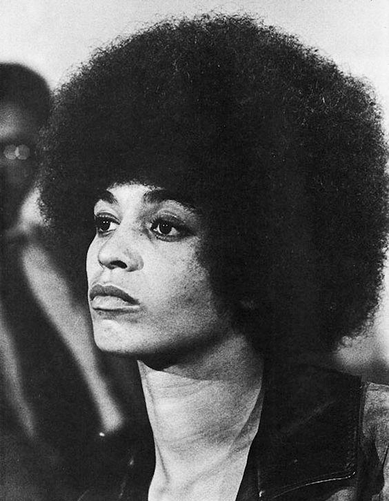 Angela Yvonne Davis, née le 26 janvier 1944 à Birmingham en Alabama, est une militante des droits de l'homme, professeur de philosophie et militante communiste de nationalité américaine. Militante du mouvement des droits civiques aux États-Unis, membre des Black Panthers