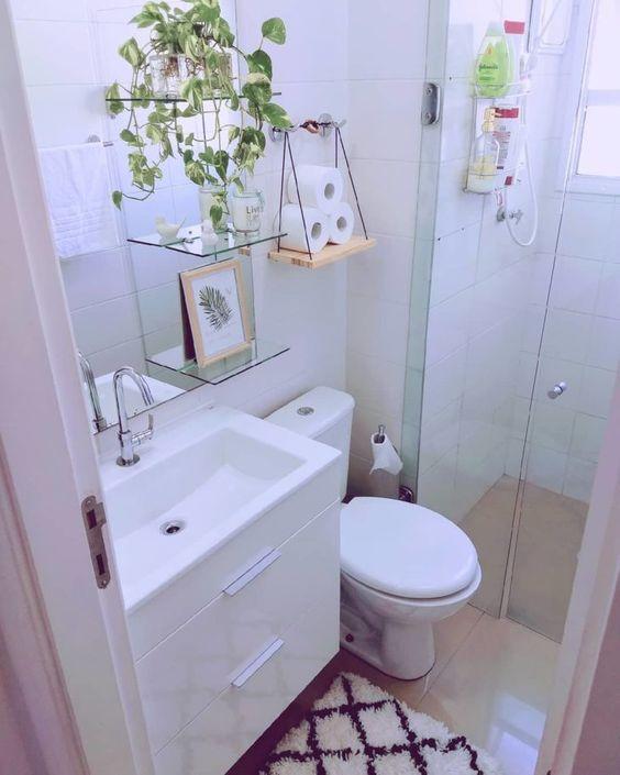 Banheiro traz dois tipos de prateleiras que roubam a cena.