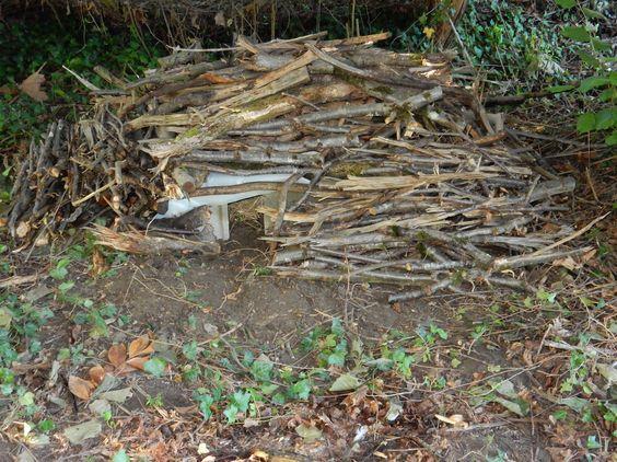R aliser un abri pour h rissons dans votre jardin avec 5 parpaings une planche un polyane de - Acheter de la paille pour jardin ...