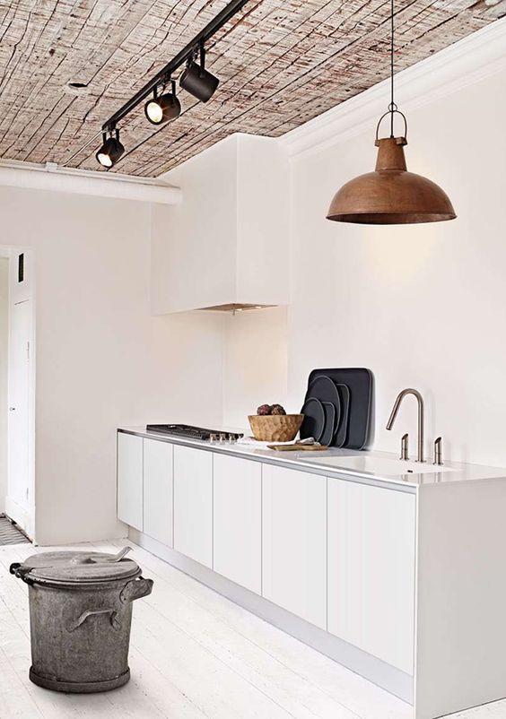 Cozinha clean com iluminação direcionada. Gostei.