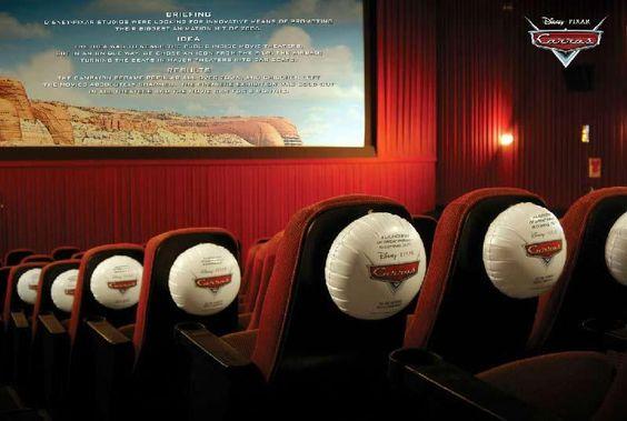 Air bag atrás das poltronas da sala de cinema para divulgar o filme Carros, da Pixar.