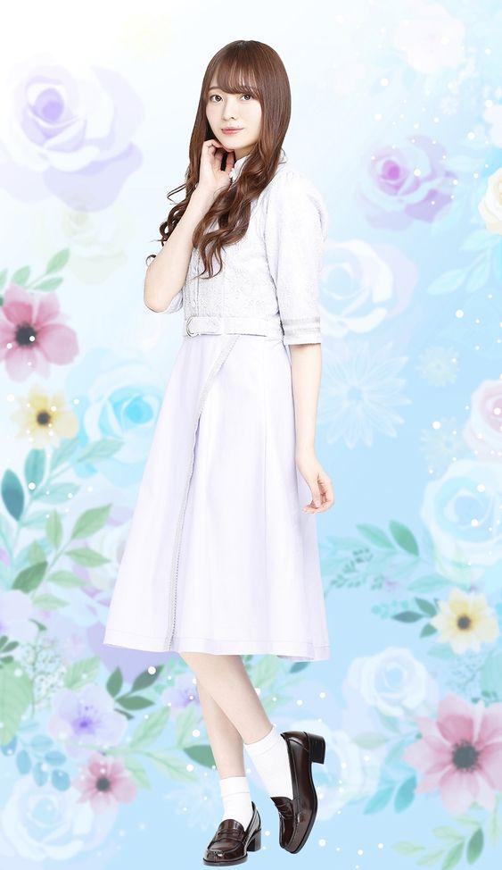 花柄をバックにした白いワンピースを着た梅澤美波の画像