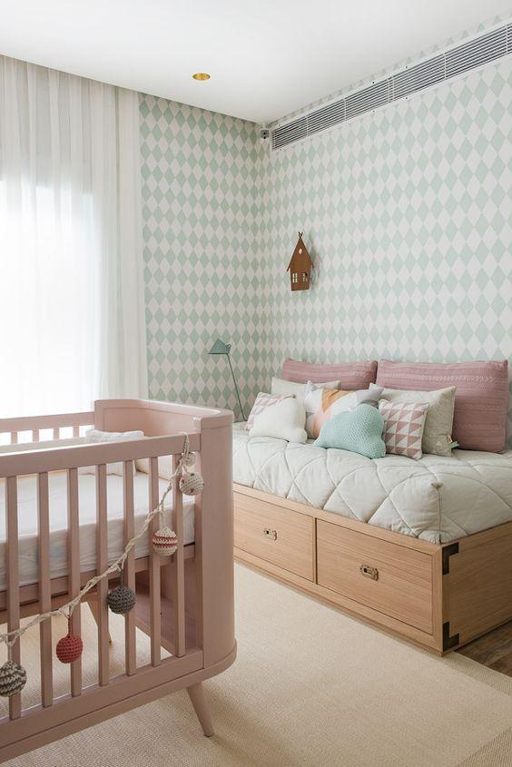 Quarto de bebê menina - Decoração moderninha - Rosa e verde ( Projeto: Triplex Arquitetura | Fotos: Manu Oristanio ):