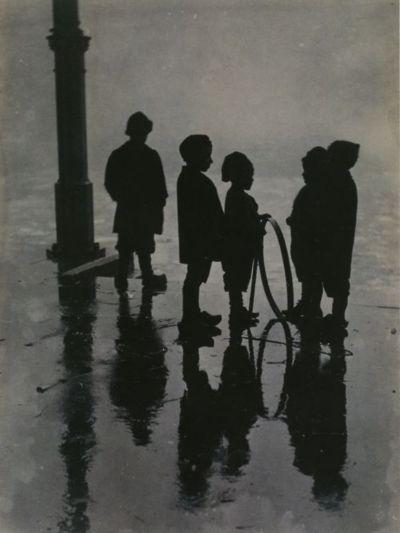 Henri Berssenbrugge - Children with Hoop and Spile, Fish Market,Rotterdam, circa 1910