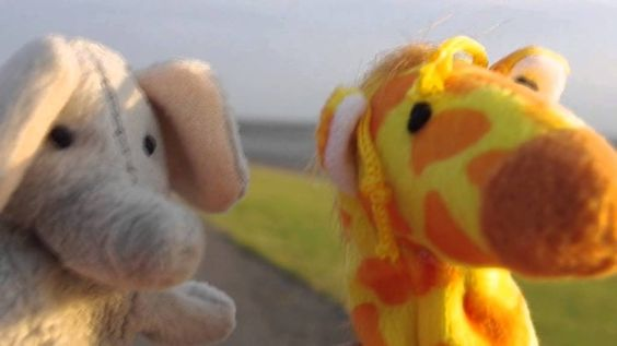 """Video Theatre #97: """"Auf der Suche nach Mr. Frosch"""" Teil 1 Auf ihrer Suche nach dem Frosch begegnen Elefant und Giraffe dem Schwein. Dieses kann ihnen weder weiterhelfen, noch eine richtige Diskussion führen.  Besuchen Sie unbedingt die VT.Homepage mit weiteren Informationen: http://videotheatre.blogspot.de/2014/08/video-theatre-97-auf-der-suche-nach-mr.html"""